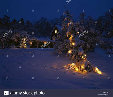 haus beleuchtet weihnachten schweden uppland wira bruk wohnhaus weihnachtsdekoration kerze beleuchtet rallye