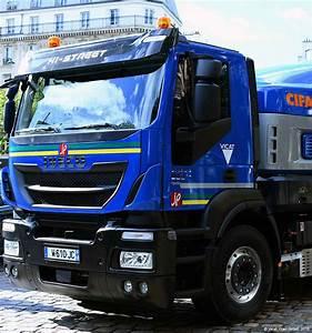 Un camion malaxeur qui roule au gaz ou à l'électricité au