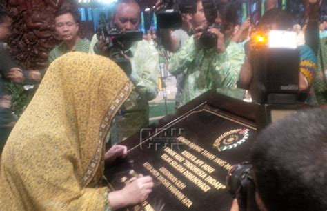 mbak tutut resmikan renovasi kereta api mini tmii tutut soeharto