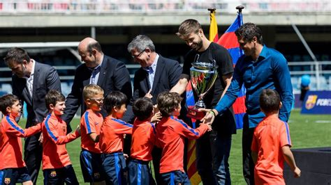 The latest tweets from fc barcelona (@fcb). Gerard Piqué presents trophies for FCBEscola International ...