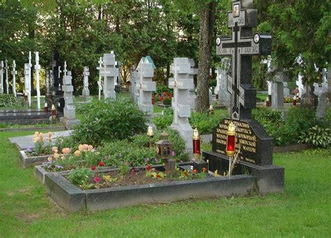 Когда надо идти на кладбище после Пасхи?