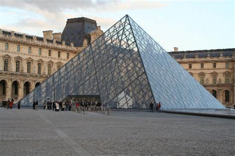 Louvredie Gläserne Pyramide Ist Der Eingang Zum Museum
