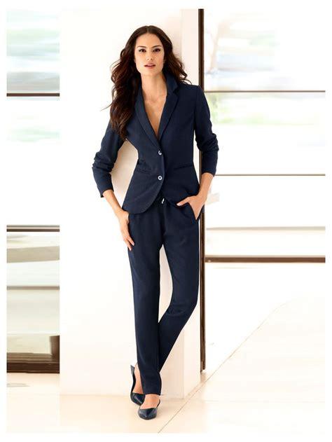 tenue de bureau femme une tenue de bureau sport chic avec blazer court pantalon