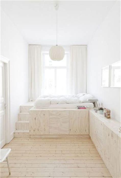 rangement dans chambre un lit avec rangement dans une chambre blanche