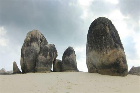 gundukan indahnya pasir putih  pulau batu berlayar