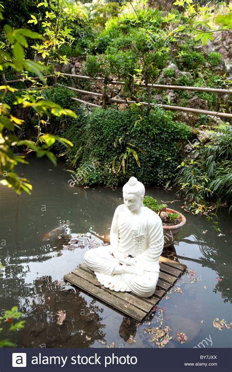 Botanischer Garten Andre Heller Gardasee by Schwimmenden Wei 223 En Stein Buddha Auf Einer Plattform In