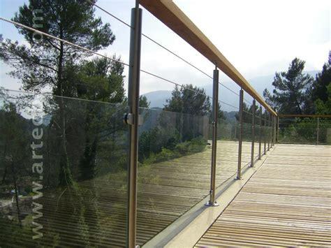 rambarde en verre avec poteaux en inox et courante en bois exotique terrasse