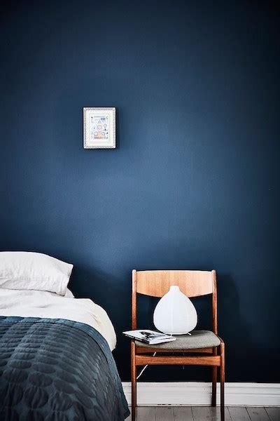 mur bleu dans la chambre visite dun appartement