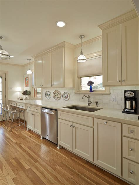 White Shaker Cabinets With Nice Hardware, Neutral Ground