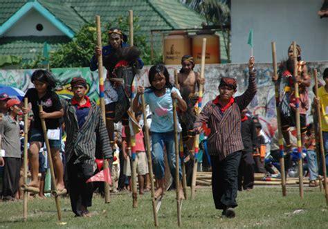 egrang permainan jadul  mengasyikkan wisata yogyakarta