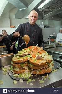 Xxl Möbelhaus Frankfurt : k chenchef rene dost bereitet einen herzf rmigen xxl burger f r eine hochzeitsfeier in der k che ~ Markanthonyermac.com Haus und Dekorationen