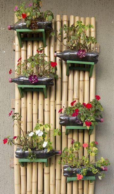 mur vegetal en bambou fait avec des bouteille de recup