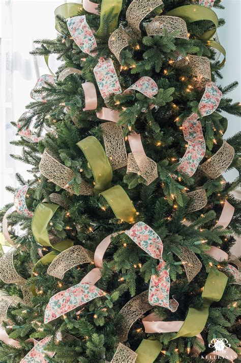 decorate  christmas tree  ribbon kelley