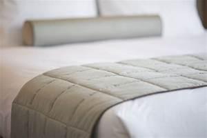 Bett An Der Decke : close up der grauen decke auf dem bett download der kostenlosen fotos ~ Frokenaadalensverden.com Haus und Dekorationen