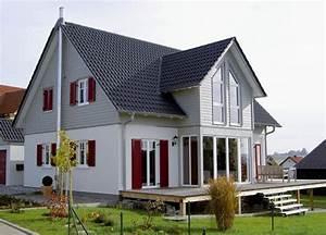 Haus Mit Fensterläden : modernes einfamilienhaus aus holz mit au enliegendem kamin holzhaus aumann haus in ~ Eleganceandgraceweddings.com Haus und Dekorationen