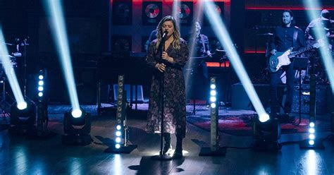 Kelly Clarkson wows with cover of Selena Gomez's 'Rare'
