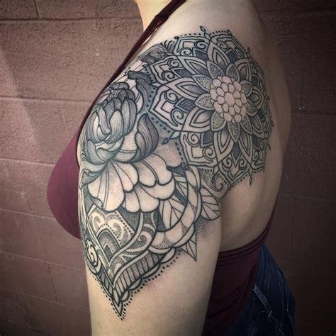 foto de Ornamental floral mandala shoulder cap tattoo by Laura