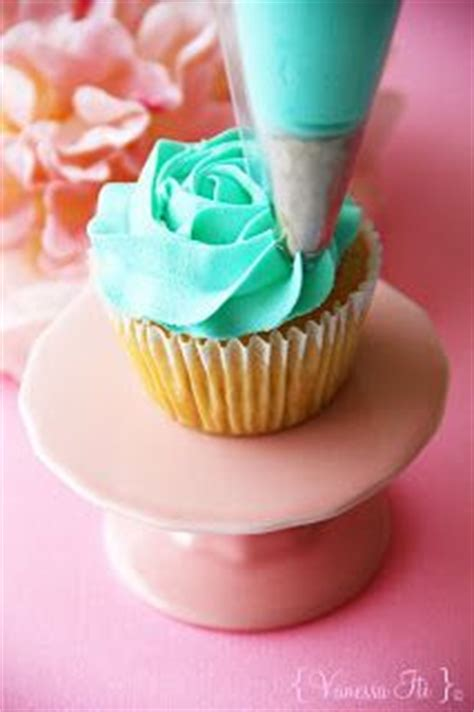 cupcake decorating ideas for beginners how to rose swirl decorate cupcakes this is easy decorating for beginners who want to advance