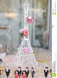 Tour Eiffel Deco : wedding decoration with pink roses on eiffel tower miniature elegant and luxurious event ~ Teatrodelosmanantiales.com Idées de Décoration