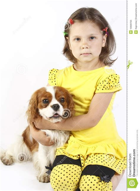 kindergeburtstag mädchen 5 jahre kleines m 228 dchen 5 jahre alt und der hund getrennt stockfoto bild 10909750