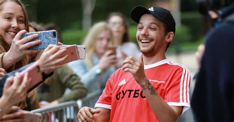 directions louis tomlinson sends fans   frenzy