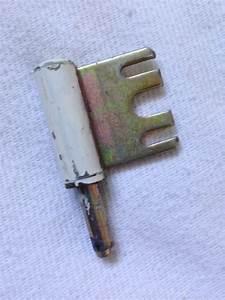 gonds fixes dans l39encadrement de la porte casses With gond de porte interieur