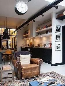 Cuisine vintage blanche et noir a l39americaine avec for Deco cuisine avec chaise blanche et noir
