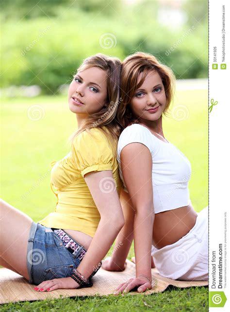deux belles filles accrochant en parc image libre de droits image 33141926