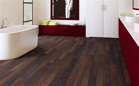 laminaat of houten vloer parket of laminaat in de badkamer