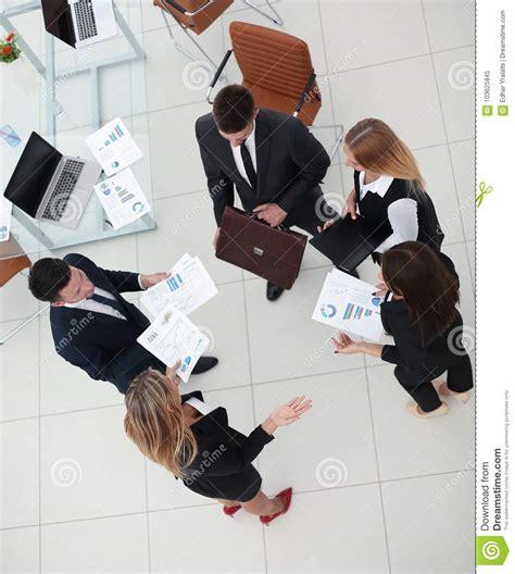 Stanti Da Ufficio by Vista Dalla Parte Superiore Gruppo Di Affari Discute