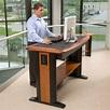 Lavorare in piedi alla scrivania