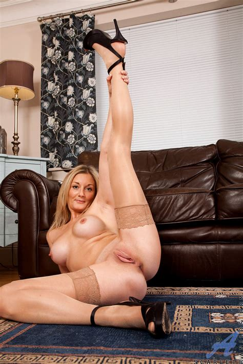 Nude Milf Scarlet Spreads Her Long Legs To Show Shaved