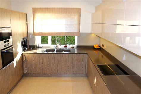 Virtuves mēbeles ar finierējumu un mākslīgā akmens virsmu ...
