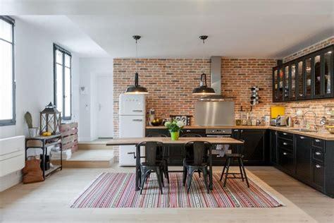 style de cuisine moderne cuisine style industriel grâce au mur en briques rouges
