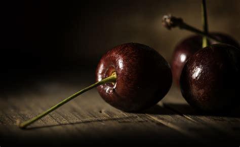 wallpaper ceri makro gelap buah