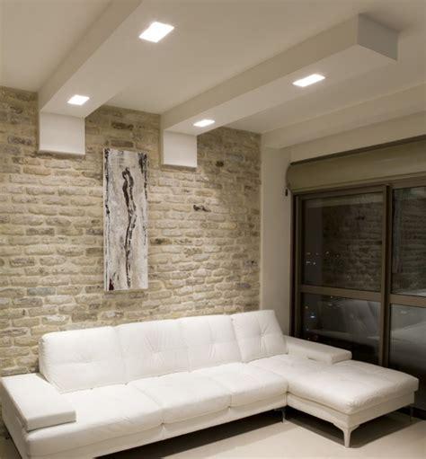 canapé ancien cuir faux plafond moderne dans la chambre à coucher et le salon