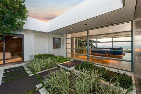 Matthew perry home is located in studio city, ca usa. 'Friends' Star Matthew Perry's Midcentury Stunner in the ...