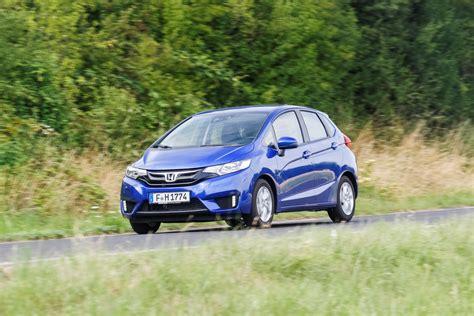 Honda mühendisleri, yeni jazz'ın aerodinamik açıdan daha verimli hale gelebilmesi için dış tasarımda olabildiğince yalın ve dinamik hatlar kullandı. Autotest - Honda Jazz 1.3 i-VTEC CVT - AutoRAI.nl