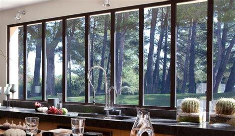 atelier de cuisine montreal maison moderne avec grandes fenêtres baies vitrées et