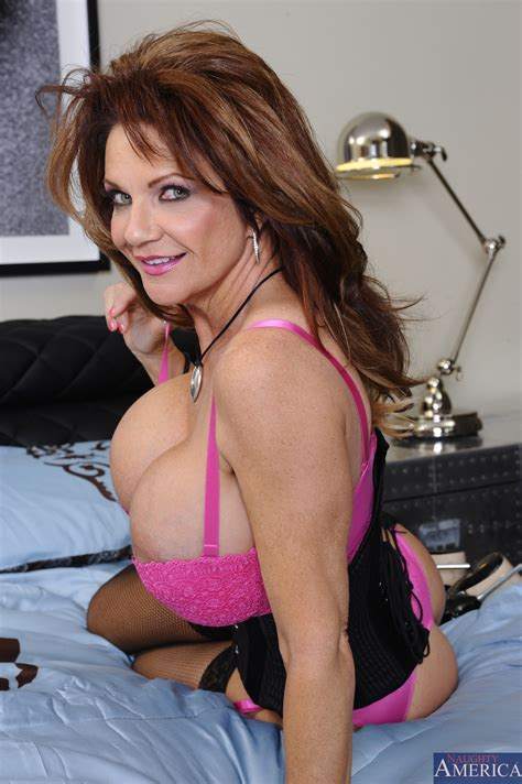 Deauxma Likes Showing Her Big Boobs Photos Mr Pete