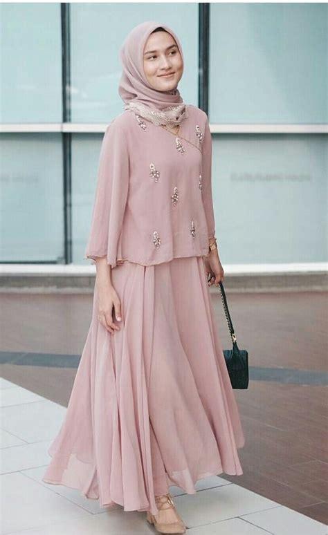 Selain jadi bawahan, batik juga sering diaplikasi sebagai dress dalam acara pernikahan. 2017 Street Style Hijab Fashion   Gaun perempuan, Wanita ...