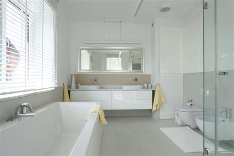 bano moderno en tonos blanco  gris fotos   te