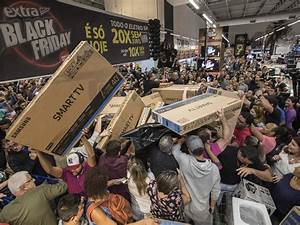 Black Friday Online Shops : black friday 2017 chaos as huge crowds of shoppers in brazil scuffle over discount tvs the ~ Watch28wear.com Haus und Dekorationen