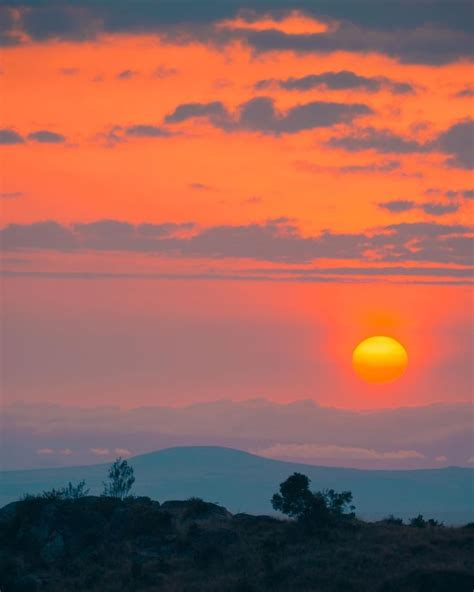 gambar mungkin berisi langit awan senja gunung luar ruangan  alam foto alam fotografi