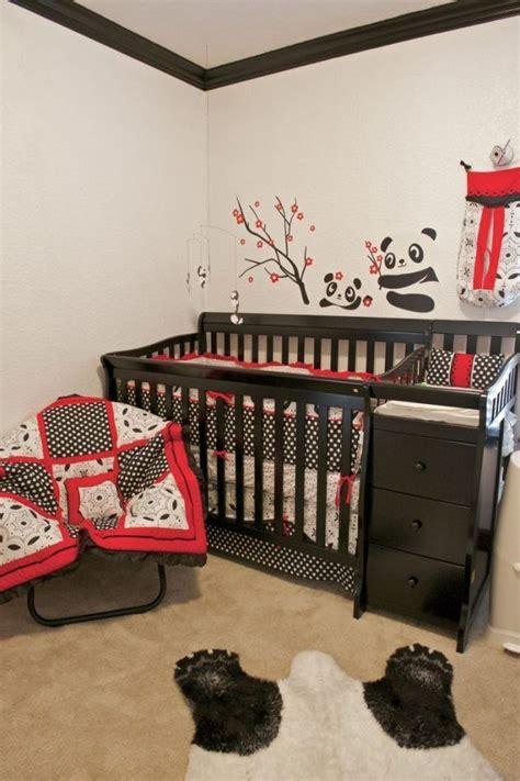 le sur pied chambre bébé chambre de bébé avec un lit en bois et déco murale sur le