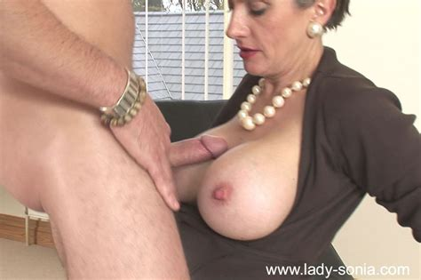 busty mature babe gives a blowjob and gets her trimmed pussy fucked