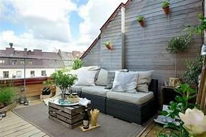balkongestaltung ideen rattansofa couchtisch holzkiste With französischer balkon mit schlüter ideen für schöne gärten