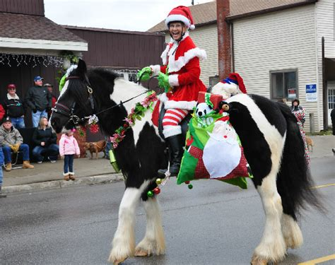 christmas decorating with horses an fashioned parade in michigan equitrekking