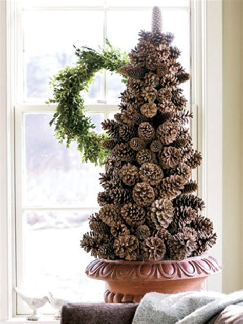 pinecone christmas decorations 30 traditional and unusual christmas tree d 233 cor ideas digsdigs
