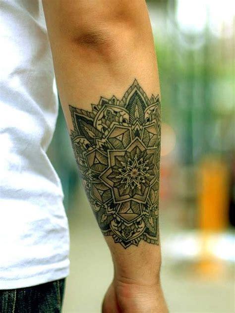 tatouage bracelet biceps femme modeles  exemples
